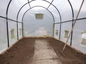 Eine gute Bodenvorbereitung ist alles. Hier gibt es extra noch ein bisschen Kompost.